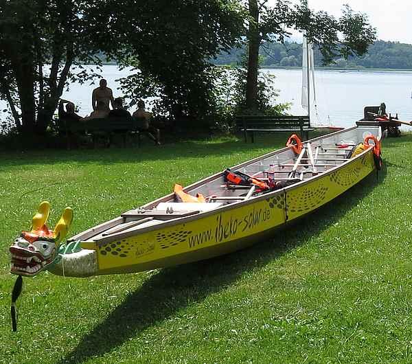 Drachenboot an Land