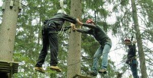 Outdoor-Teambuilding Event im Team-Parcours. Übung zum Handlungsfeld Vertrauen im Teamparcours