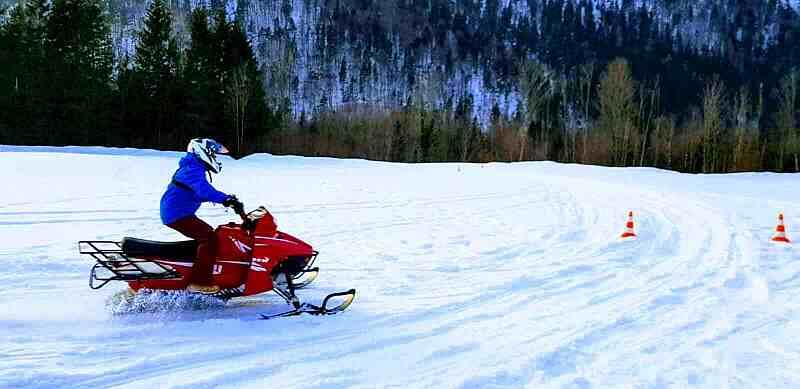 Skidoo fahren bie tollen Incentives im Winter